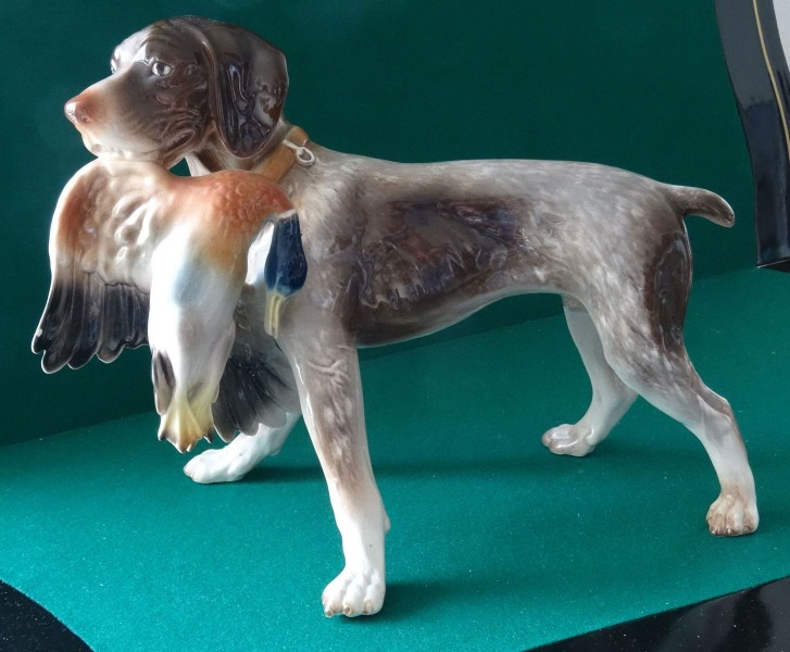 Dog with duck. h 24 cm, with defect