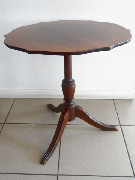 Coffee table with a polished surface h 50 cm; diameter 49.5 cm